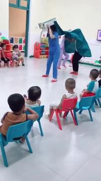 """Clip màn múa lân """"ngẫu hứng"""" và đáng yêu của cô giáo mầm non khiến dân mạng thích thú"""