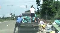 2 người đàn ông chở cả xe rác đi vứt