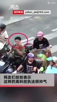 Cảnh sát dùng máy bay không người lái để nhắc nhở người đi xe máy đội mũ bảo hiểm