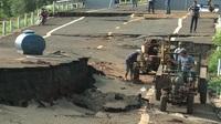 """Cận cảnh con đường tránh huyện Chư Sê bị sạt lở kinh hoàng, """"ngoài sức tưởng tượng"""""""