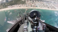 """Phi công Mỹ """"làm xiếc"""" với 10 tuyệt kỹ nhào lộn trên máy bay F-22"""