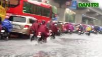 Phố Hà Nội ngập sâu sau cơn mưa lớn