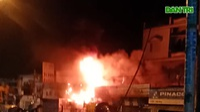 Lính cứu hoả cạy mái tôn chữa cháy cửa hàng phụ tùng xe máy