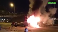 Xe đầu kéo lôi xe máy 2km khiến xe bốc cháy ngùn ngụt