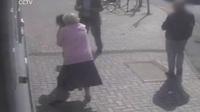 Cụ bài 81 tuổi dũng cảm đánh đuổi cướp trước cây ATM
