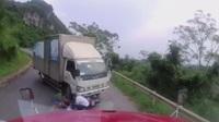 Kinh hoàng xe máy vượt ẩu gây hoạ cho xe tải