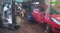 Một người mặc sắc phục công an điều khiển xe gây tai nạn
