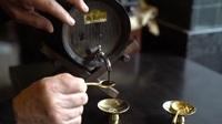 Khách nước ngoài thưởng thức tách cafe hơn 20 triệu đồng