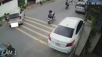 Ô tô trôi tự do ra giữa đường vì tài xế quên... cài phanh tay