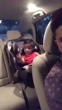 """Phản ứng đáng yêu của em bé khi được nghe """"bài hát ruột"""""""