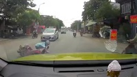 Người phụ nữ bịt mặt trên chiếc xe Lead ngã giữa đường vì bóp phanh đột ngột...