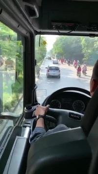 Mặc kệ xe cứu hỏa hú còi và phát loa, tài xế quyết không nhường đường