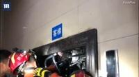 Rợn người khoảnh khắc bé trai bị cửa thang máy di chuyển kẹp chặt