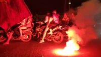 CĐV đốt pháo sáng ăn mừng chiến thắng của đội tuyển Việt Nam