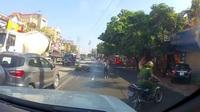 Đôi nam nữ vi phạm giao thông ngã văng xuống đường sau khi lao xe về phía công an
