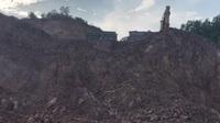Mỏ đất núi Choẹt bị băm nát ngay khi doanh nghiệp chưa hoàn thiện hồ sơ khai thác mỏ.