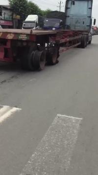 Xe container nổ lốp tan tành vẫn chạy băng băng trên phố