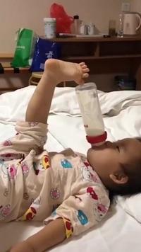 """Em bé với màn bú sữa """"bá đạo"""""""