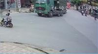 Kinh hoàng khoảnh khắc hai nam sinh suýt bỏ mạng dưới gầm xe tải
