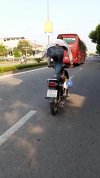 """Người đàn ông """"làm xiếc"""" trên yên xe máy"""
