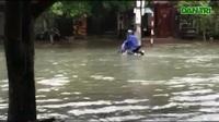 Mưa lớn khiến đường ở TP Hà Tĩnh biến thành sông.