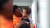 Hai cha con nhảy vui vẻ mừng con khỏi ung thư máu 11 tháng