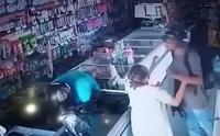 """Video kẻ cướp mang súng nổi lòng trắc ẩn, hôn an ủi cụ bà gây """"bão"""" mạng"""