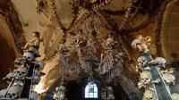 """Nhà thờ xương người cấm chụp selfie vì sợ những hộp sọ bị """"cưỡng hôn"""""""