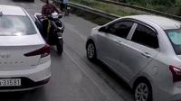 Chấp cả xe công-ten-nơ, người phụ nữ liều lĩnh chở con đi ngược chiều