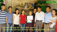 Trao hơn 20 triệu đồng đến cháu Hoàng Văn Kiên.