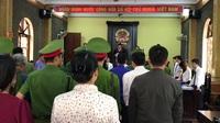 Thẩm phán Quản Hữu Chiến đọc quyết định trả hồ sơ vụ gian lận thi cử Sơn La vì có dấu hiệu đưa nhận hối lộ