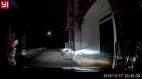 Sốc khoảnh khắc mẹ chở con ngã ra đường, ngay trước mũi xe ô tô