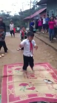 Màn nhảy breakdance điệu nghệ của các em bé vùng cao khiến nhiều người thán phục