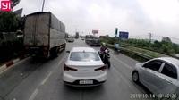 Chở theo con nhỏ, người phụ nữ đi xe máy vẫn liều mạng chạy ngược chiều đối đầu hàng loạt ô tô