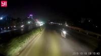 Giật mình người phụ nữ chạy xe máy ngược chiều trên quốc lộ giữa đêm tối