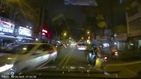 Cô gái ngồi trên xe máy ngã ngay trước mũi xe ô tô đang lao đến