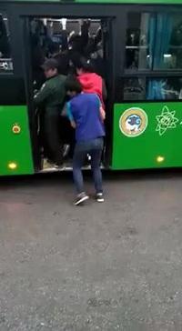 Choáng với kiêu đi xe buýt quá tải tại Trung Quốc