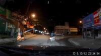 Người đàn ông say rượu chạy xe máy nghiêng ngả trên đường cực nguy hiểm