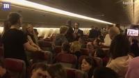 Máy bay hỗn loạn vì hành khách đòi mở cửa thoát hiểm ở độ cao hơn 10.000 m