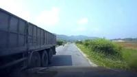 Bất cẩn tránh nhau trên đường hẹp, xe tải lăn kềnh xuống ruộng