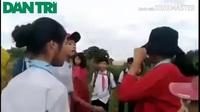 2 nữ sinh đánh nhau, cả nhóm bạn đứng ngoài… cổ vũ và chửi bậy