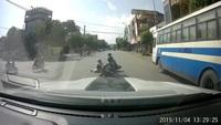 Thanh niên đầu trần chạy xe máy tốc độ cao gây tai nạn cho người khác
