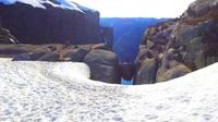 """""""Cá cược sinh mạng"""" để chụp ảnh """"sống ảo"""" tại hòn đá kẹt giữa vực sâu gần 1000 m"""