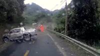 Vào cua không quan sát, xe bán tải húc đầu vào núi