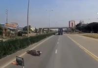 Kinh hoàng khoảnh khắc xe máy mất lái rồi tự ngã ngay trước mũi xe container