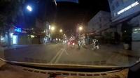 Người đi xe máy ngã ra đường và suýt bị ô tô tông vì vấp cục đá trên đường