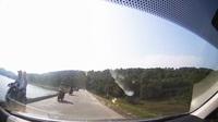 Lơ đễnh khi tham giao thông, thanh niên đi xe máy lao thẳng vào đầu ô tô