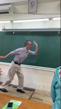 """Màn múa minh hoạ bài """"Bụi phấn"""" của thầy Lê Bá Khánh Trình trong giờ học"""