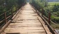 """Cây cầu treo cũ nát ở Hòa Bình khiến người dân """"đánh cược tính mạng"""" mỗi lần qua sông"""