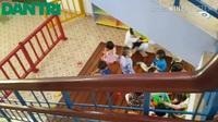 Cám cảnh học sinh mầm non học dưới… chân cầu thang